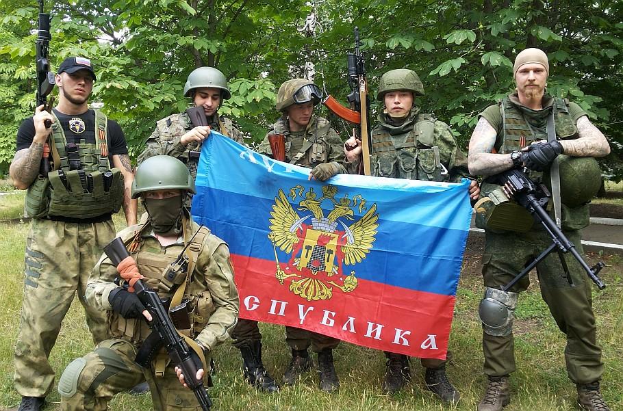 """Bojówkarze bandy """"Rusicz"""" na czele z A. Milczakowem (czwarty od lewej)."""