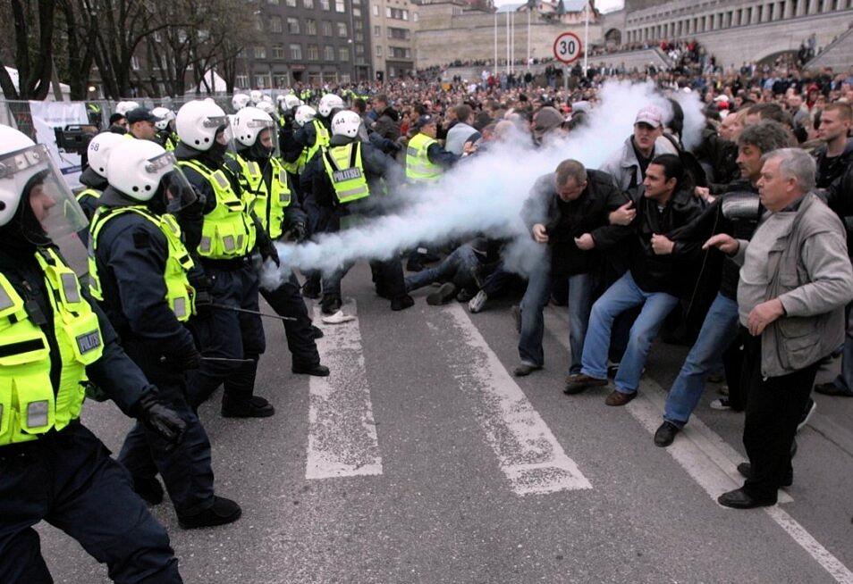 Массовые беспорядки в Таллинне, сопровождавшиеся погромами и  мародерством, были спровоцированы радикалами группировки «Ночной Дозор» в  апреле 2007 года во время переноса момумента так называемому  «Бронзовому солдату» на Военное кладбище.