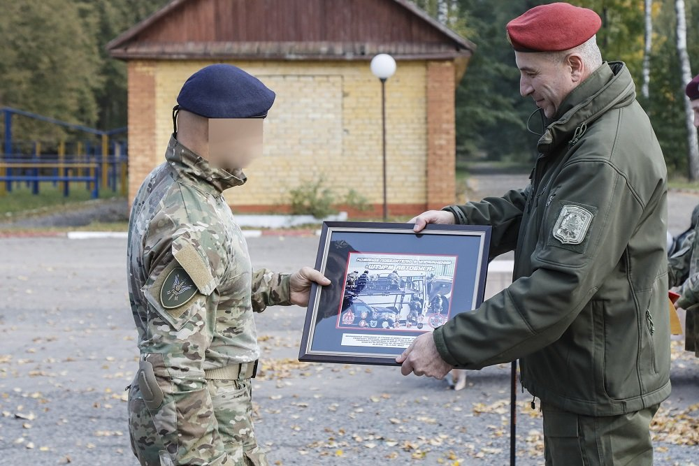 """Överlämnande av ett diplom till en soldat från """"Lynx"""" specialenhet"""