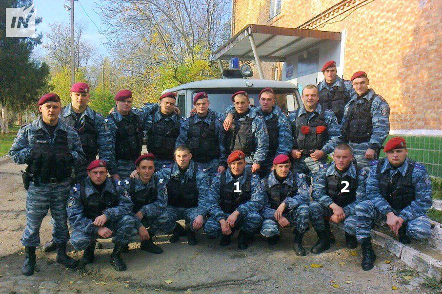 Medlemmar av Berkut-Mykolaev utanför högkvarteret