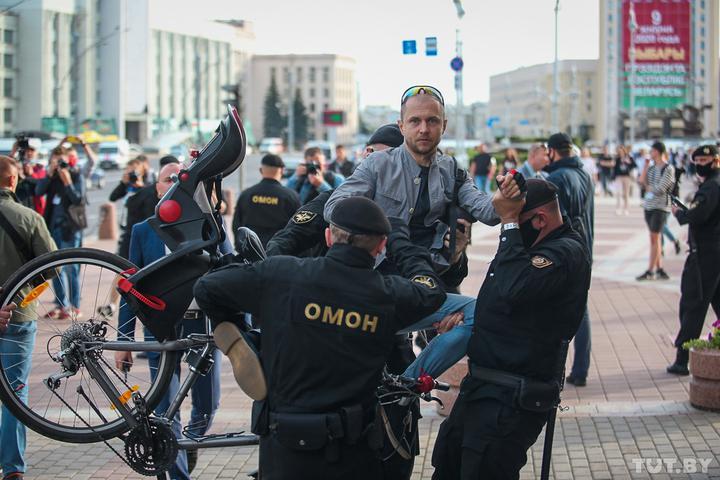 Aliaksandr Kousjynau arresteras av upploppspolisen i Minsk