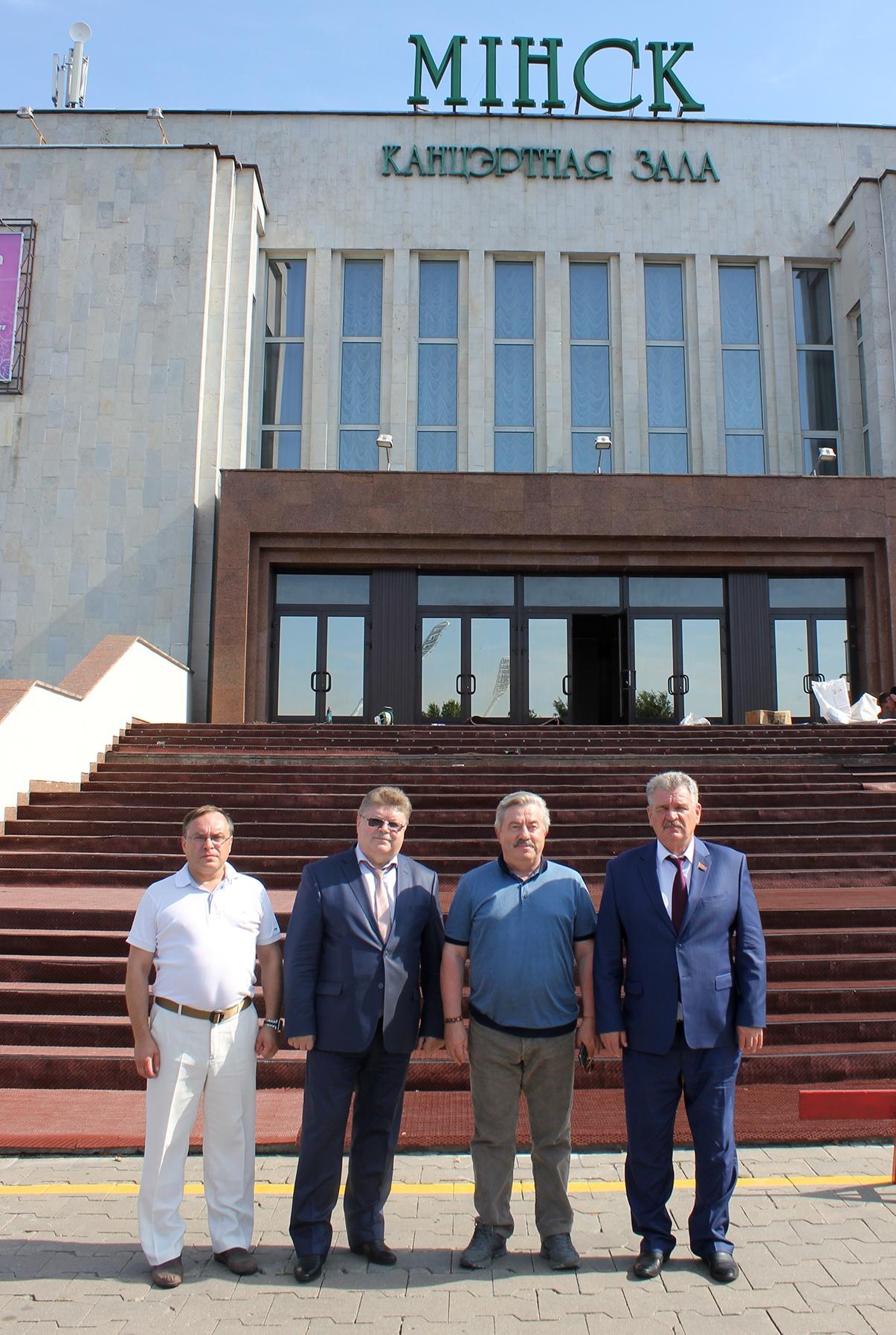 Från höger till vänster är N. Ulakhovitj, V. Vodolatskij, L. Makurov