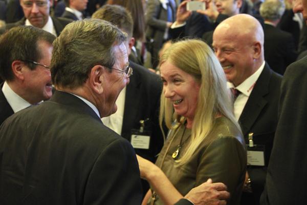 Tatiana Garcia med Gerhard Schröder vid en mottagning i Rostock 2014. Källa: Tolstoi-institutet