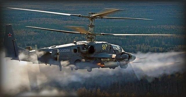 Russisk Ka-52-helikopter fyrer raketter mod LEER-3-køretøjer på Zapad-2017