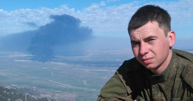 En soldat från den ryska 200 artilleribrigaden avslöjar sina positioner i Syrien
