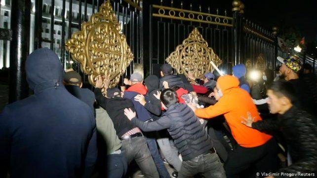 Demonstranter stormar den kirgiziska regeringsbyggnaden