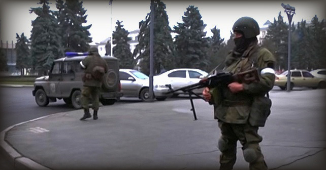 Grønne menn i umerkede russiske uniformer i Luhansk sentrum