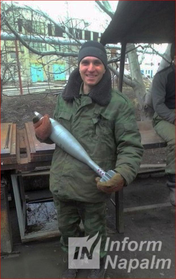 Nikon Khoroshilov med ammunition i händerna