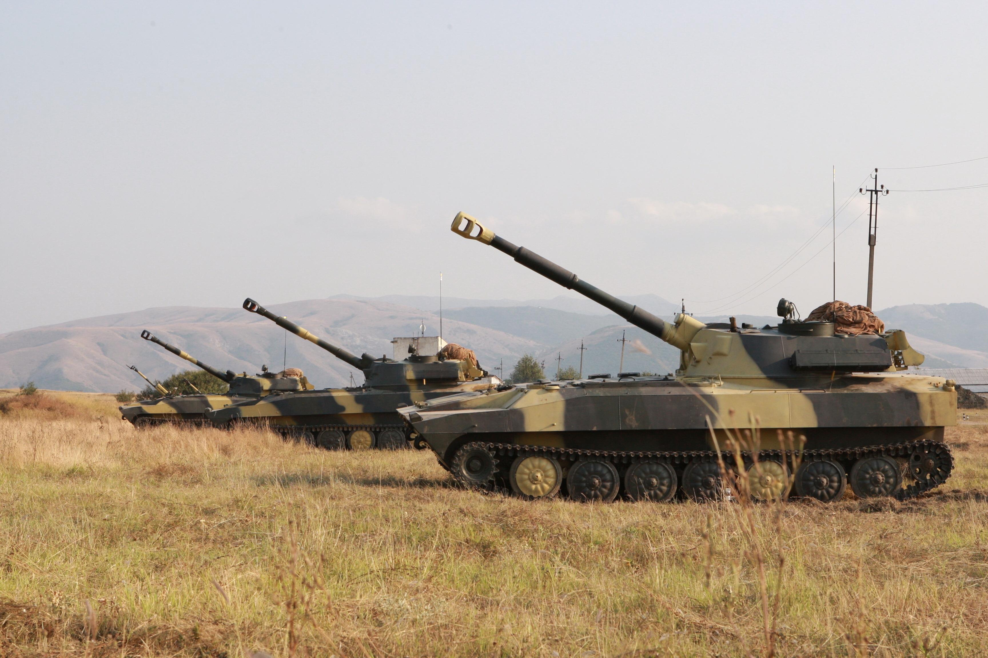 Батарея самохідних гаубиць на вогневих позиціях  (полігон Ангарський, Крим, літо 2009 року)