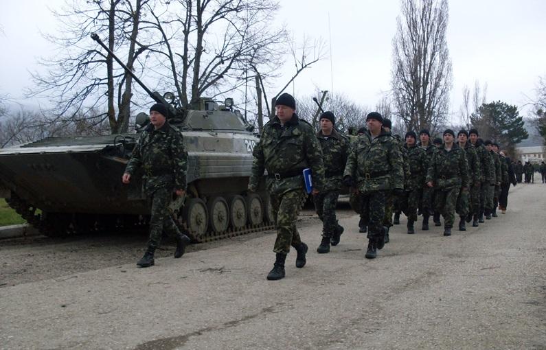 підполковник Сергій Мусієнко на чолі колони дивізіону  (Перевальне, Крим, березень 2014 року)