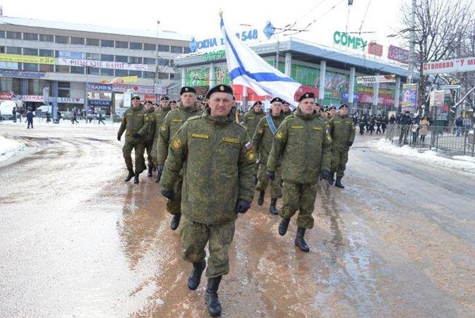 підполковник Олександр Грицаєнко на чолі парадної колони російських військ (Сімферополь, річниця «Кримської весни», 18 березня 2015 року)