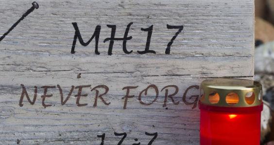 NOVUM146:AANKOMST MH17 SLACHTOFFERS HILVERSUM:HILVERSUM;08NOV2014-Knuffels en andere herdenkingsitems voor de slachtoffers van MH17 bij de ingang van de Korporaal van Oudheusden kazerne in HilversumNovum/rm/str.Robert Meerding