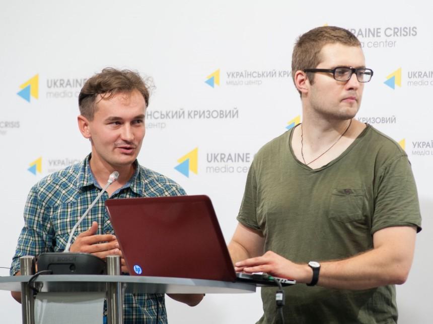 Члены редакционного совета портала InformNapalm Николай Балабан и Геннадий Корнев на презентации базы данных и инфографики