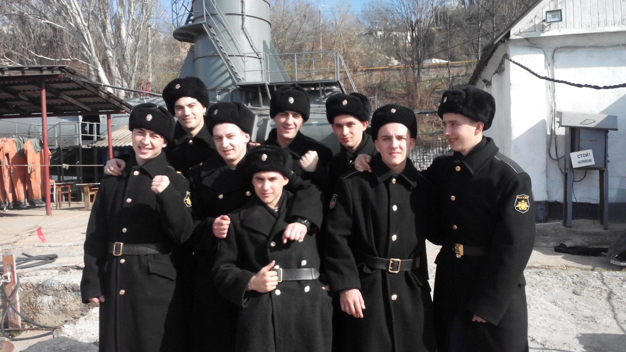 Denis Suvorov är den första till vänster i tredje raden