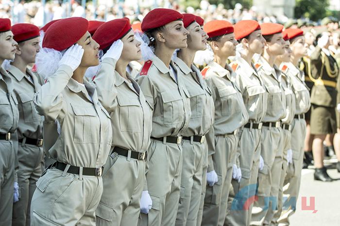 Militära parader och en ny våg av COVID-19