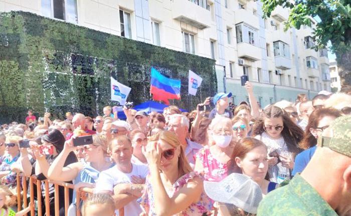 En militærparade og en ny bølge af COVID-19