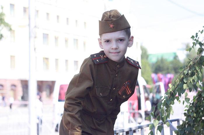 Barn kledd ut som Røde Hærs soldater