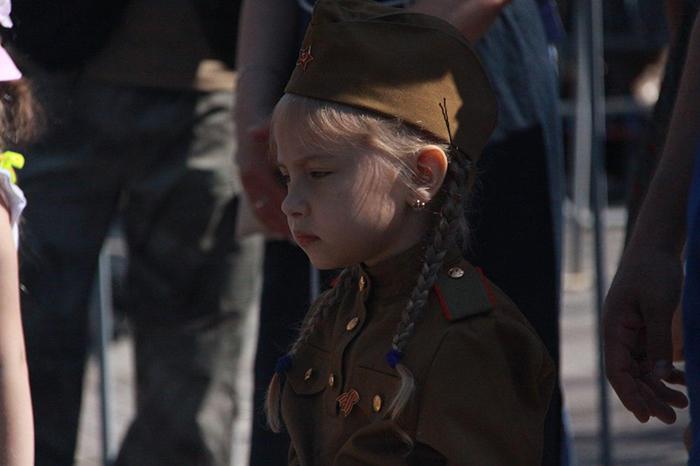 Barn utklädda som Röda arméns soldater