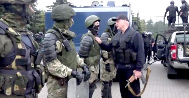 Lukasjenka med maskingevær