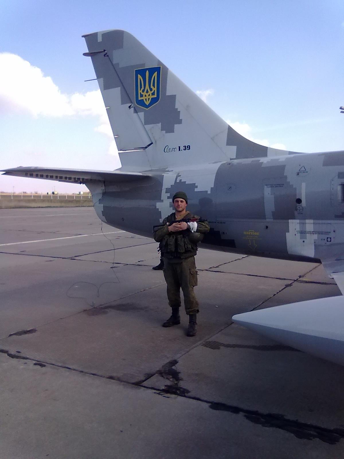 Anton Karmelavicius framför ett ukrainskt L-39-flygplan