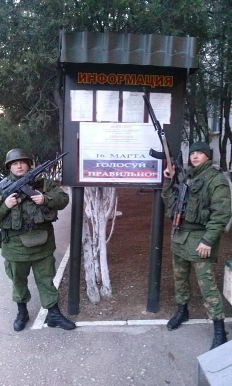 """Popov och Lavrukhin bredvid en affisch: """"Rösta korrekt"""""""