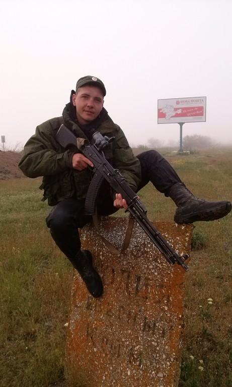"""Lavrukhin nära en reklamaffisch för """"Nova Posjta"""" på ukrainska"""