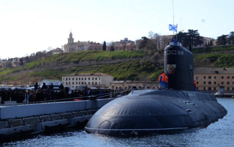 Ubåten Velikij Novgorod från Projekt 636 i Sevastopol-bukten