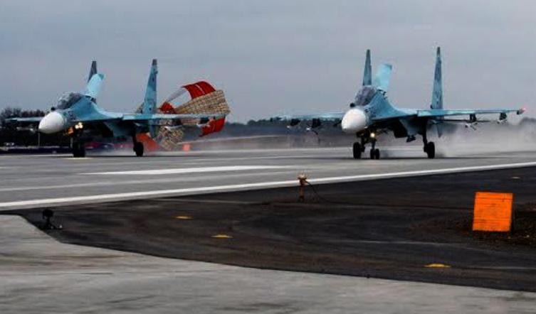 Två Su-30M2 landar på Belbek flygfält, ockuperade Krim