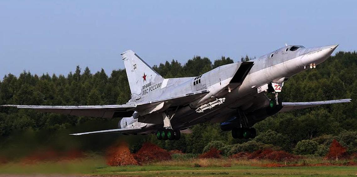 Ein Tu-22M3-Bomber hebt ab