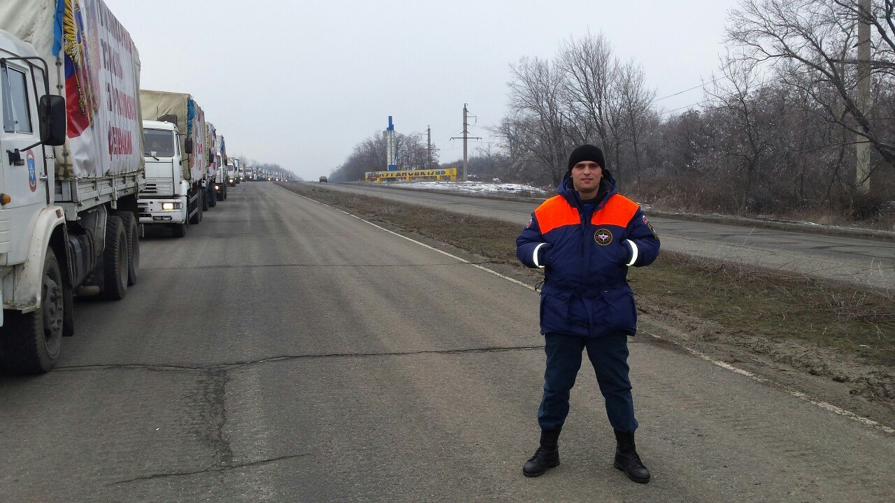 Russisk militærpersonale leverer humanitær hjælp