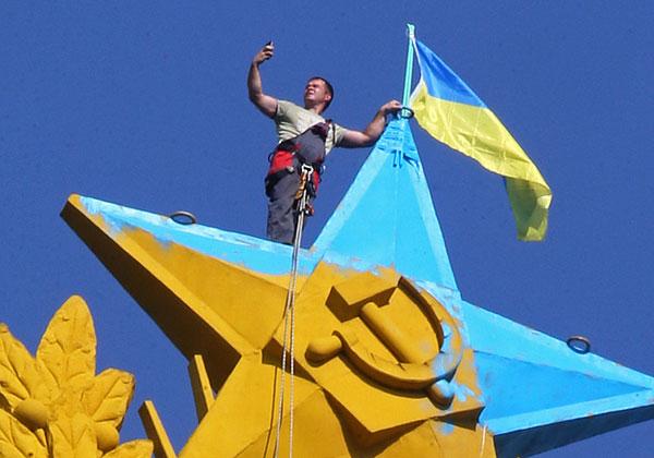 Над высоткой на Котельнической набережной в Москве подняли украинский флаг