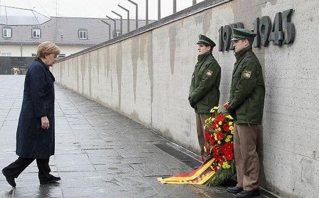 Память о жертвах нацизма и чувство вины за преступления нацистов - основы немецкой политической культуры. Фото: Меркель в Дахау / Reuters