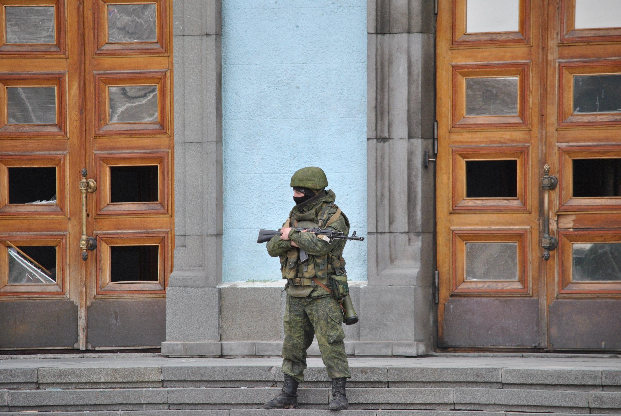 Русский нео-нацист спецназовец Станислав Раменский на фоне здания Крымского Парламента в феврале 2014-го.