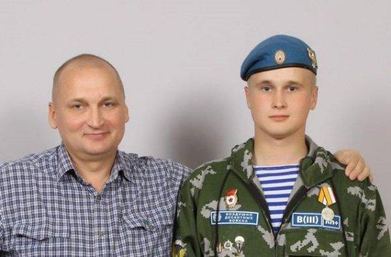Николай Козлов с отцом. На груди у Николая — медаль «За возвращение Крыма»