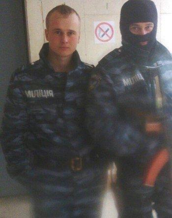 Николай (слева) в форме украинской милиции. Фото из «ВКонтакте» его отца. Май 2014-го