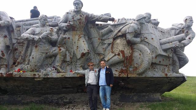 В День победы 9 мая Хлюпин и Семчук были и фотографировались на Саур Могиле.