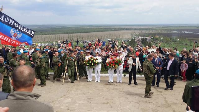 «Премьер-министр ДНР» Александр Захарчено (слева на костылях) на Саур Могиле.