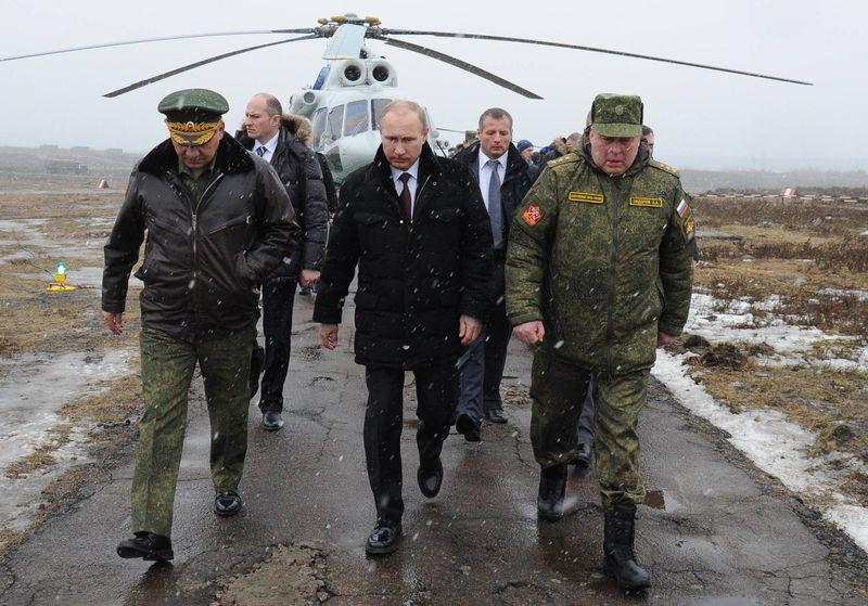 Путин и министр обороны Шойгу на военных учениях в Кирилловском (Михаил Клементьев/AFP/Getty)