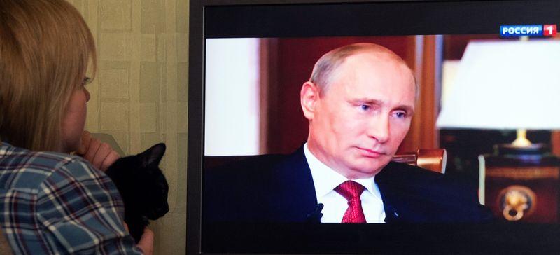 В марте 2015 года москвичка смотрит на государственном телеканале документальный фильм о аннексии Крыма Россией, в котором Путин признался, что рассматривал возможность приведения ядерного оружия в боевую готовность (Дмитрий Серебряков/AFP/Getty).