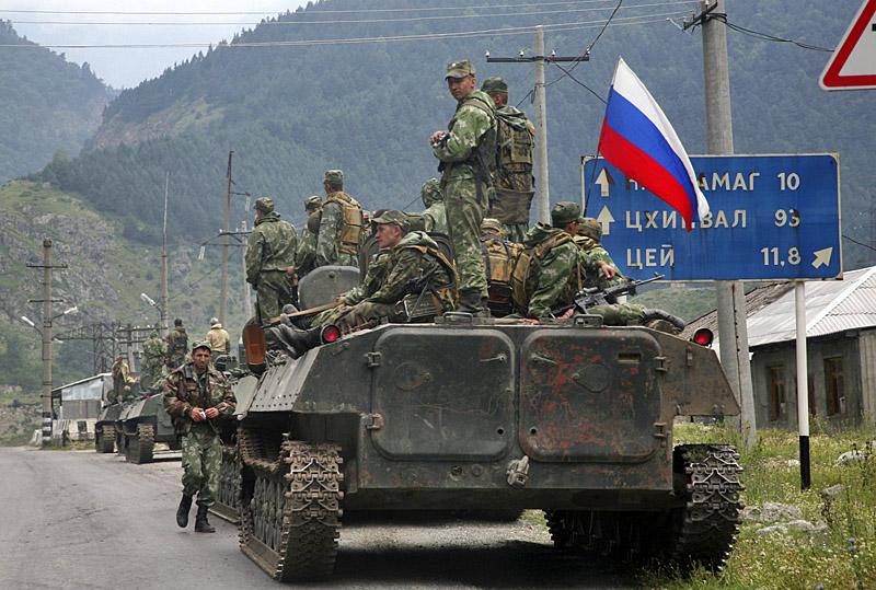 Колонна 58 армии на марше в Цхинвал (AP Photo/Musa Sadulayev)