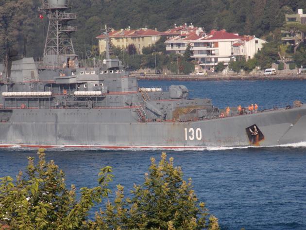 ВДК «Корольов», проекту 775, проходить Босфор 3 вересня 2015. Вантаж розмістили на палубі. Фото: turkishnavy.net