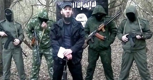 Fotoğraf 2. Süleyman Zaylanabidov mücahitlerle beraber arka zeminde IŞİD bayrağı ile