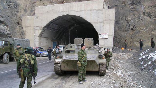 Fotoğraf 3. Rus silahlı kuvvetlerinin üyeleri otomobil tüneli yanında, Gimrı köyünde (Dağıstan)