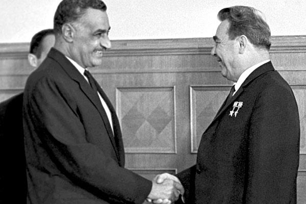 Le président égyptien Nasser et le secrétaire général du PC de l'URSS, Leonid Brejnev.