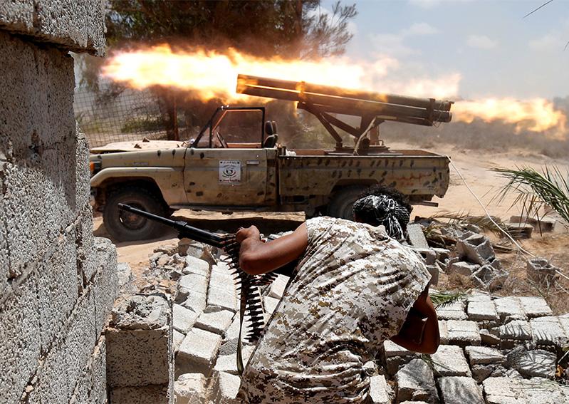 Les forces pro-gouvernementales de la Libye tirent sur les positions de l'EI à Syrte (source: Reuters)