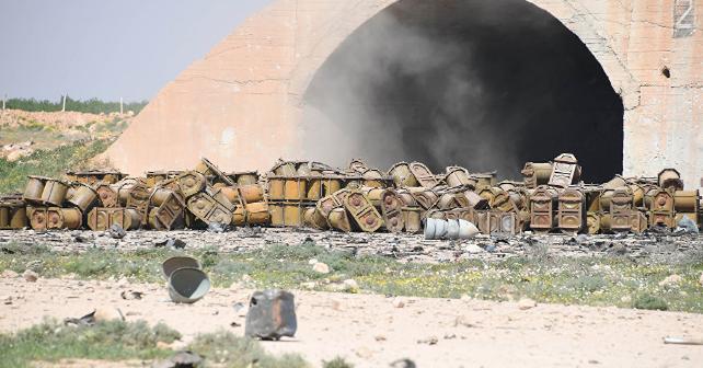 Насирийской базе Шайрат увидели русские контейнеры для химоружия