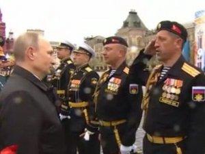 Överste Fedyanin lämnar en rapport till Vladimir Putin