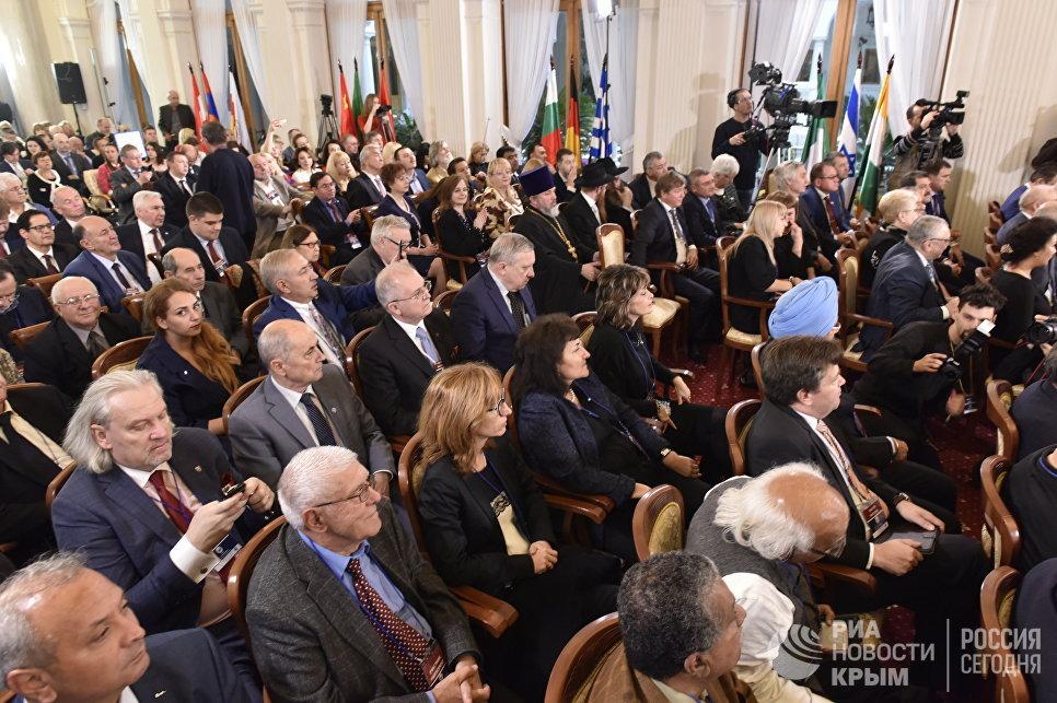 Internationella representanter vid en rysk konferens på Krim