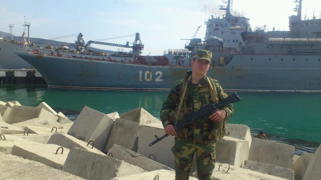 Vladimir Andrejevitj Sobovoi mot bakgrund av fartyget Kaliningrad i Novorossijsk hamn