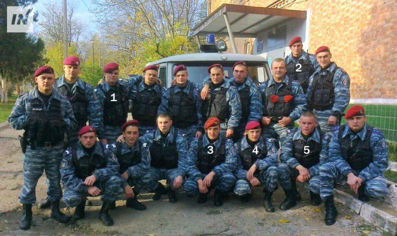 Et gruppebilde tatt utenfor Mykolaiv-enhetens hovedkvarter